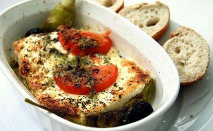 Ψήνουμε με σκεπασμένο το ταψί, σε προθερμασμένο φούρνο στους 200 βαθμούς μέχρι τα λαχανικά να γίνουν ωραία και μαλακά, για περίπου 20 λεπτά. Υλικά Για 2-4 άτομα Δύο ντομάτες Ένα κρεμμύδι Μία κόκκινη ή πράσινη πιπεριά 120 γραμμάρια φέτα Ρίγανη Ελαιόλαδο Εκτέλεση Κόβουμε σε κομματάκια