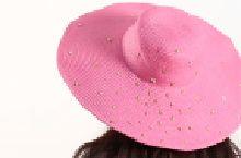 Pembe hasır şapka üzerine işleyeceğiniz yıldız zımbalarla şıklığınızı tamamlayın. Plajda, gezilerde kullanacağınız bu tasarımı dostlarınıza da hediye edebilirsiniz! Malzeme listesi için: https://www.hobium.com/atolye/hasir-sapka-uzerine-yildiz-zimba-susleme