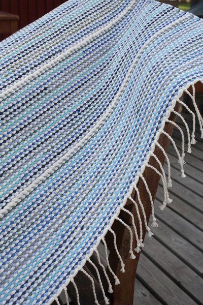 Valkoiset kierreraidat koristavat trikoosta ja t-paidoista leikatuista kuteista kudottua mattoa. T-paitamatto (3289) Mallikerta nro 2/2009.