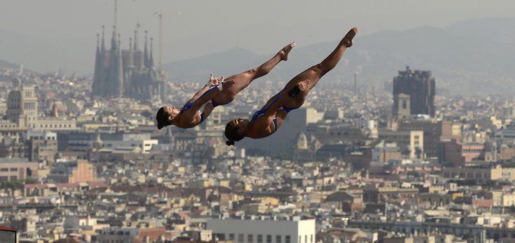 Samantha Bromberg şi Cheyenne Cousineau sar în timpul probei de sărituri în apă sincron – 10 metri platformă, din cadrul Campionatelor Mondiale Fina, desfăşurate în Barcelona, luni, 22 iulie 2013. (  Javier Soriano / AFP  ) - See more at: http://zoom.mediafax.ro/sport/best-of-sports-iunie-iulie-2013-11229606#sthash.5ogjkFfP.dpuf