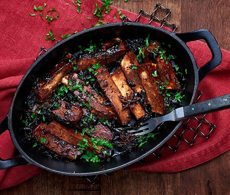 Revbensspjäll ska både vara både smakrika och saftiga, och det är även vår veganska variant som passar utmärkt på julbordet. Vi gör veganska revbensspjäll på tofu som glaseras i en sås med plommon, ingefära och söt sojasås.