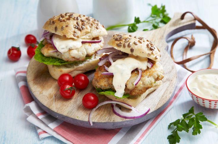En fiskeburger kan serves som både middag og lunsj, og tas med på tur. I denne oppskriften lager du selv dressingen.