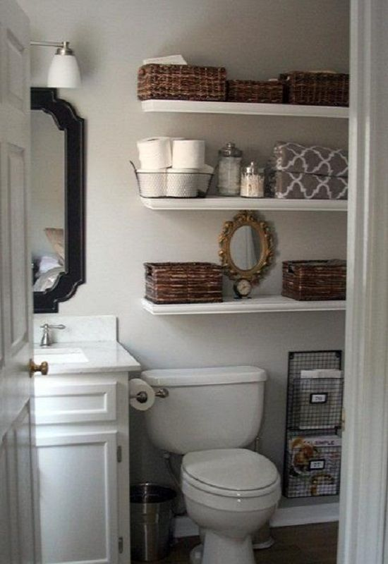 Fil de fer, baskets, the romantic mirror and the jars give a rustic touch to this bathroom.