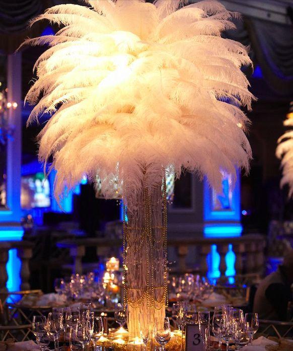 Düğün mekanında 1920'ler havası yakalamak için büyük kuştüyleri, inciler, yaldız ve ışıltılar, Artdeco tarzı geometrik desenler gibi detayları her fırsatta kullanmanızı tavsiye ediyoruz.