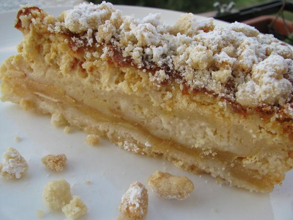 Torta di mele sbriciolata con crema alla panna e yogurt