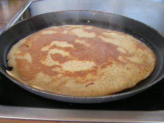 Bakbanaan-ei pannenkoek. Simpele versie met alleen bakbanaan, 2 eieren en kaneel. Of met wat extra (rijst of haver)meel, scheutje water of rijstmelk, kokosrasp, vanille, bakpoeder en bosvruchten. Bakken in pan of gieten in ronde antiaanbak ovenschaal, 12' op 175 graden. Met meer vocht en meel langer in oven.
