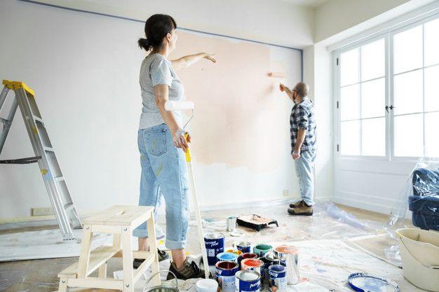 Gente renovando la casa pintando la pare... | Premium Photo #Freepik #photo  #personas #casa #familia #mujer | Paredes pintadas, Casas pintadas, Pared