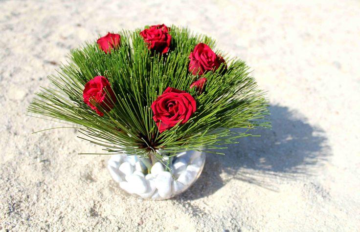 Rosas entre papiros sobre cuarzo.
