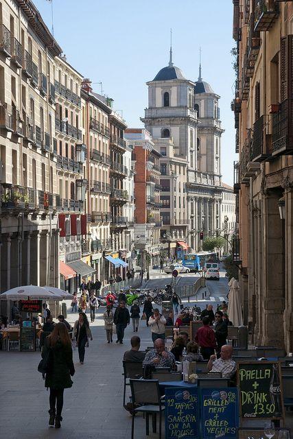 Madrid. Calle Toledo. Al fondo, Colegiata de San Isidro, antigua catedral de Madrid