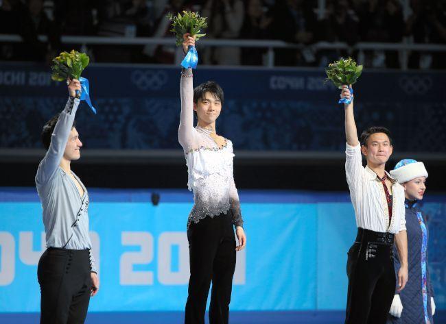 〈ソチオリンピック(男子フリー)〉 フラワーセレモニーで観客の声援に応える羽生結弦(中央)。左は2位のパトリック・チャン、右は3位のデニス・テン=山本裕之撮影
