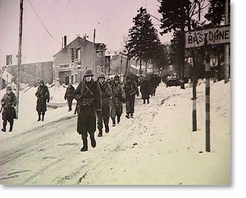 Dans le Schnee Eifel, les troupes de Cavender et Descheneaux sont dans une situation sans espoir. Ils n'ont pas pu se replier vers Saint-Vith comme ils en ont reçu l'ordre et sont maintenant encerclés. Plutôt que se faire tuer, ils décident de se rendre à 16h. Les allemands font 9000 prisonniers