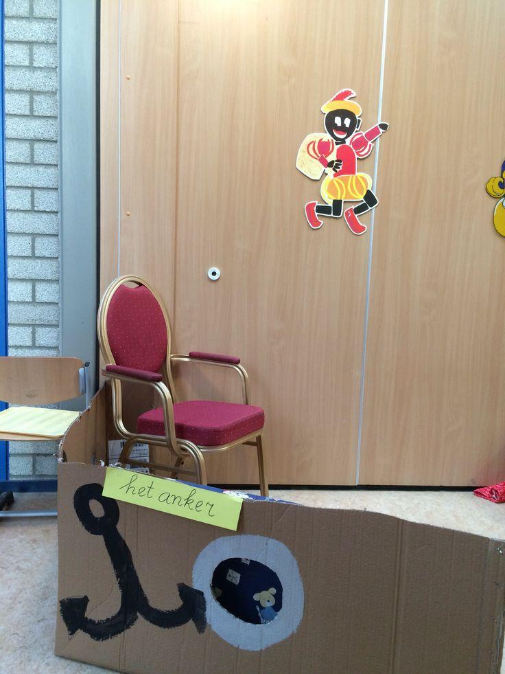 De huishoek is de boot van Sinterklaas . De werkkamer van de Sint. De pakjes kamer. (Cijfers er tellen) De rijm kamer.(stempelen en rijmen) De speelgoedwinkel ( kopen, verkopen en inpakken)