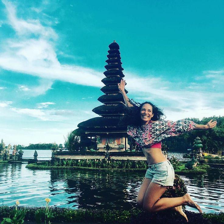 Porq #instagram que se respete tiene una foto saltando! En el #laketemple #ulundanu Hasta ahora mi #templo favorito de #Bali ... Por algo es el #icon de la #Isla. #photoby @flowstate11 gger #influencer #latinasporelmundo  #nomadiclife #mujeresviajeras  #viajando #venezolanasporelmundo #travelgram #instatraveling #passport #globetrotter #womentraveler #girltravelsolo #lgbttravel #dondeestaile  #lilithstravel #travel #girltravel  #yoviajosola #baliisinmyhati#lilithstribu #lilithstraveltribe