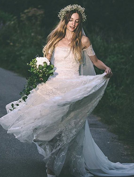 Con hermosas capas de encaje. | 36 de los más sencillos y hermosos vestidos bohemios de novia de siempre