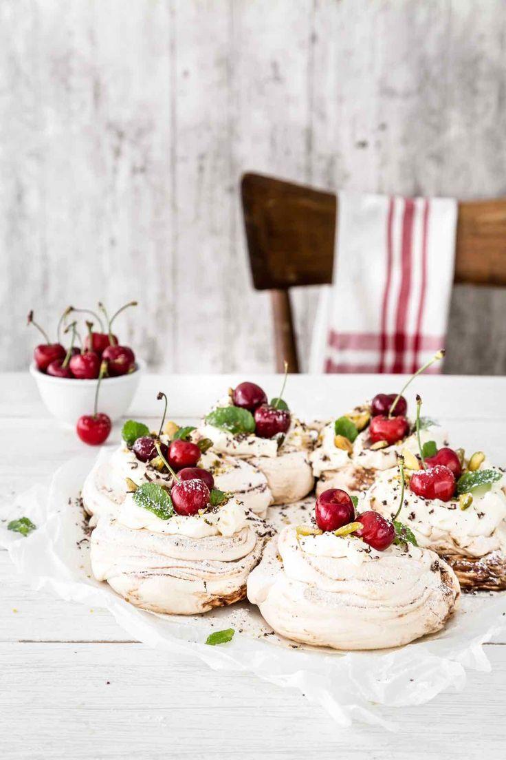 La pavlova con confettura di visciole e ciliegie fresche è una ricetta senza glutine facile da realizzare. Un dessert ricco e goloso. Provala subito!