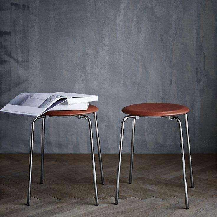 Arne Jacobsens minimalistiske krakk Dot ble utviklet tidlig på 50 tallet og presentert på markedet i 1954 som en trebenet krakk. På 70 tallet ble stolen revitalisert til den firebente krakken vi kjenner i dag.