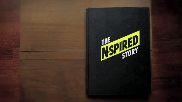 Un t-shirt, un smartphone, et c'est parti pour la lecture ! Bouquin interactif accessible via t-shirt. N-spired. / The world's first ever book, printed on interactive t-shirts by The N-spired Story.