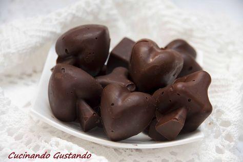 Cioccolatini fatti in casa ricetta facile e veloce perfetti per riciclare del cioccolato in eccesso raccolto durante le feste di Pasqua.