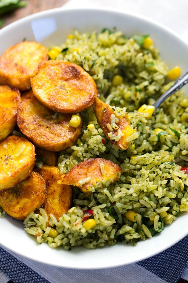 Zelená mexická rýže s kukuřicí: 2 šálky špenátu,½ šálku koriandru listy,pepř, 2 stroužky česneku,¼ šálku řepkového oleje,2 šálky rýže-dlouhé zrno,3 šálky vody,sůl,1 šálek kukuřice. Špenát,koriandr,pepř,česnek rozmixuj v robotu (téměř jako pasta).Rozehřej olej,přidej rýži a míchej 5-8 min.Přidej vodu,sůl,kukuřici a zelenou pastu.Zakryj a vař 5 minut. Pak sniž teplotu a dus dalších 10-20 minut, nebo dokud není rýže měkká. Podáváme s kuřecími kousky.