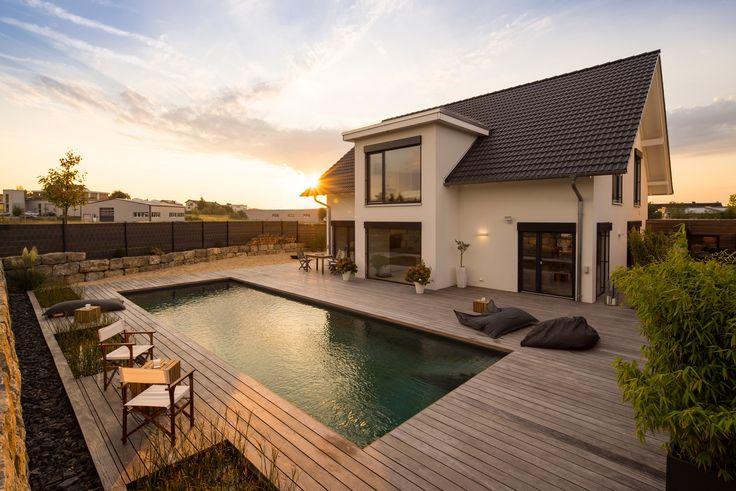 Geräumige Terrasse mit Swimmingpool und Sandstrand