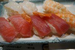 高級寿司店に負けない質の寿司を思いっきり食べることができるのが神楽坂すしアカデミー この店のランチタイムは2980円で90分間寿司が食べ放題になるというコスパ抜群の寿司屋です スタッフのほとんどが寿司養成学校に通っている生徒や卒業生が働いているからこの価格が実現できるんだそうです これだけお得な値段だけどネタは築地から仕入れるというこだわり 絶対に行かないと損するようなお店ですよ tags[東京都]