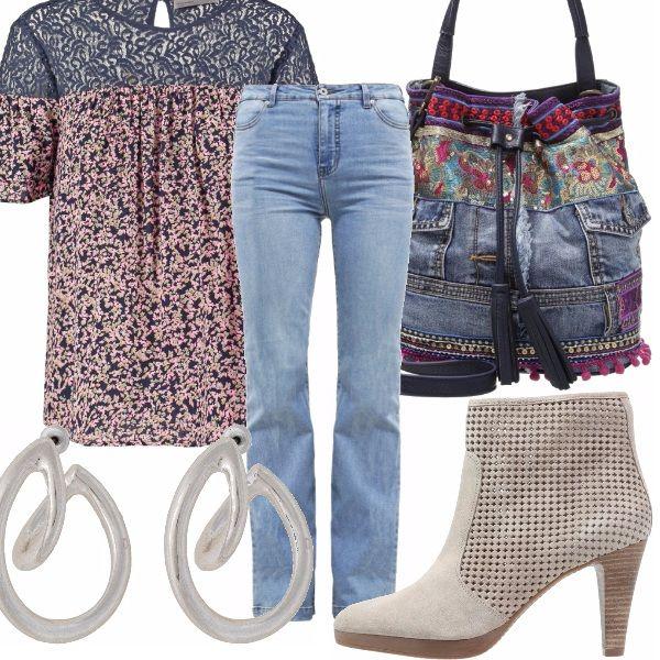 Un po' country. Jeans chiari normal fit, abbinati a blusa in cotone con parte superiore in finto pizzo. Tronchetti estivi beige traforati, borsa di jeans e orecchini a cerchi in metallo argentati.