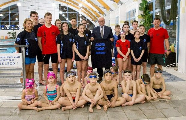 A Magyar Úszószövetség elnöke a szarvasi úszók edzésén