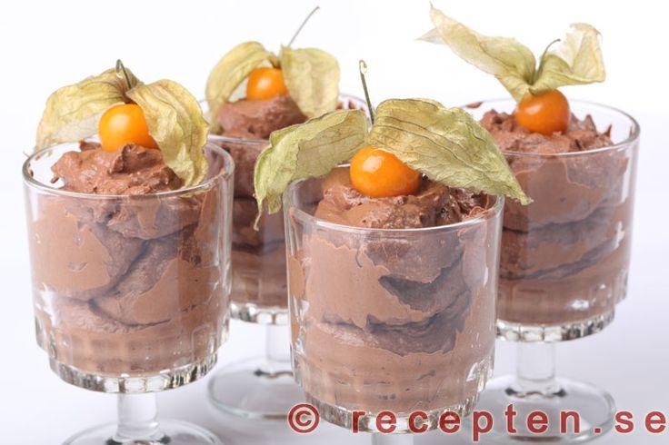 Chokladmousse - Underbar chokladmousse. Ett enkelt recept med mörk choklad, vispgrädde och äggulor.
