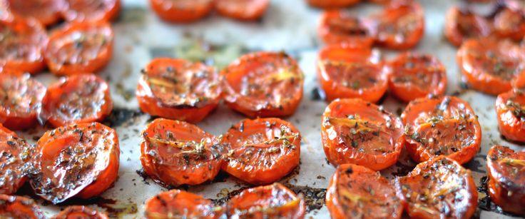 Pomodori confit. Un contorno facile da preparare che potremo utilizzare in diverse pietanze. Pomodori confit sono un condimento perfetto per primi e secondi