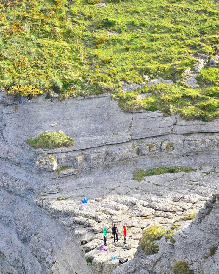 Antes de entrar en #Francia y recorrer los Midi-Pyrénées buscaba el salto del Nervión...pero sin lluvia no hay río. Ahí está el cauce seco que se utiliza para escalada y tirolina mientras no llueve. . . #CastillaYleon #TierraDeSabor #naturaleza_castillayleon #estaes_CastillaLeon #cylesvida #Loves_CastillaYLeon