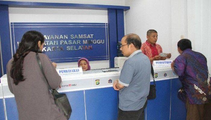 Warga mengurus STNK dan PKB di Pelayanan Samsat Kecamatan Pasar Minggu, Jaksel. (rachmi)