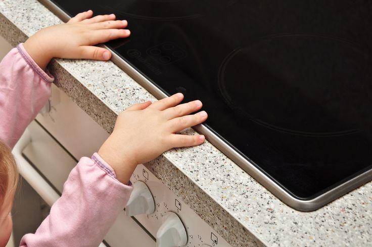 Die Küche ist der zweitgefährlichste Ort im Haus. Das liegt daran, dass dieser Raum trotz des Wissens um seine Gefährlichkeit oftmals nicht umfassend gesichert ist und auch schon Babys und Kleinkinder dort unbeaufsichtigt spielen...
