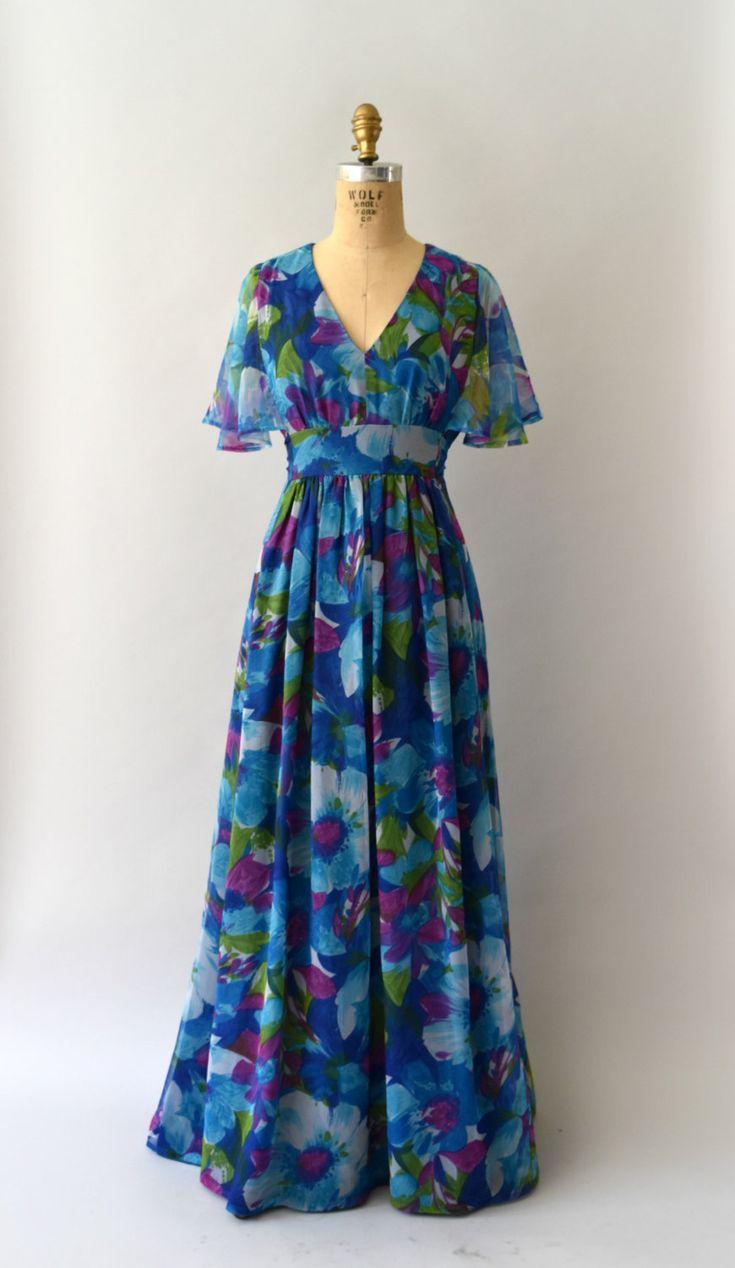 Vintage jaren 1970 maxi jurk, mooie diepblauwe bloemen chiffon lichaam, v-hals met een verzamelde buste, semi-puur flutter sleeves, empire taille met bijgevoegde banden, volledige maxi lengte rok, volledig gevoerd interieur, verborgen terug rits  ---M E EEN S U R E M E N T S---  Pasvorm/grootte: Klein / Medium  Bust: 36 Taille: 30(of kleinere met taille banden) Heupen: gratis Lengte: 56  Maker/merk: geen gevonden Staat: uitstekend…