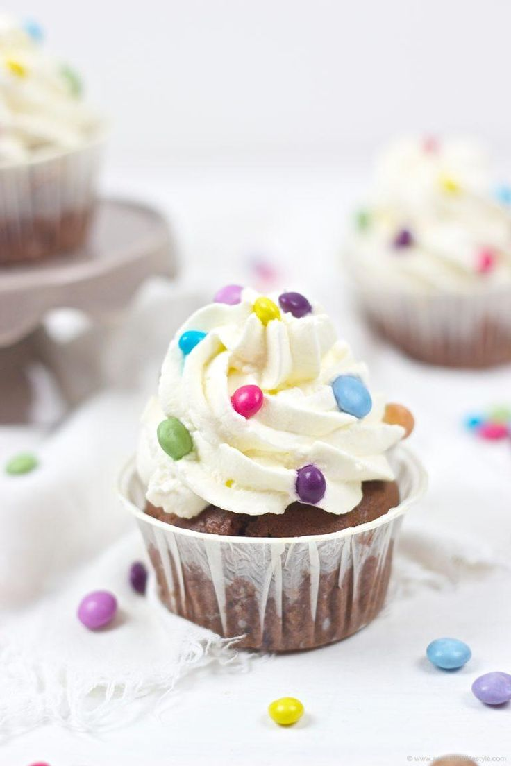 Bunte Faschingscupcakes verziert mit Smarties // Carnival Cupcakes - funfetti cupcakes  // Sweets and Lifestyle  #cupcakes #fasching #faschingscupcakes #carnivalcupcakes #funfetticupcakes #carnival #childrensbirthday #party #recipe #rezept #sweetsandlifestyle