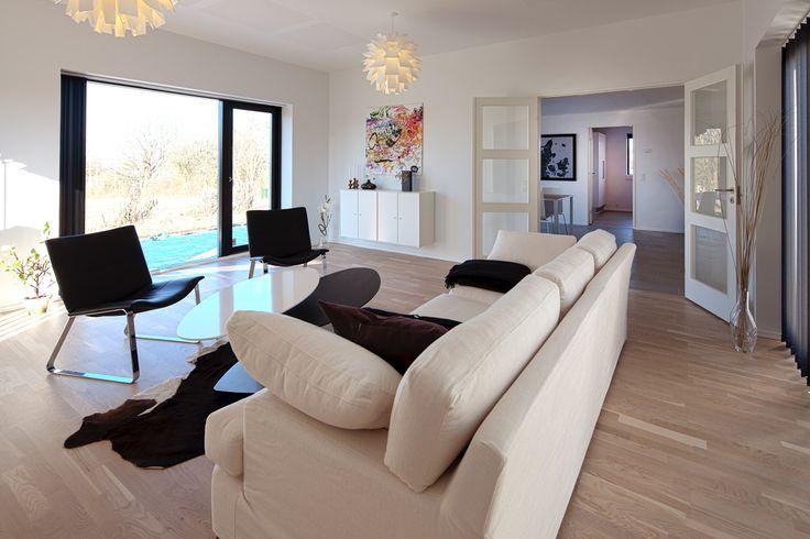 Lys stue med store vinduespartier
