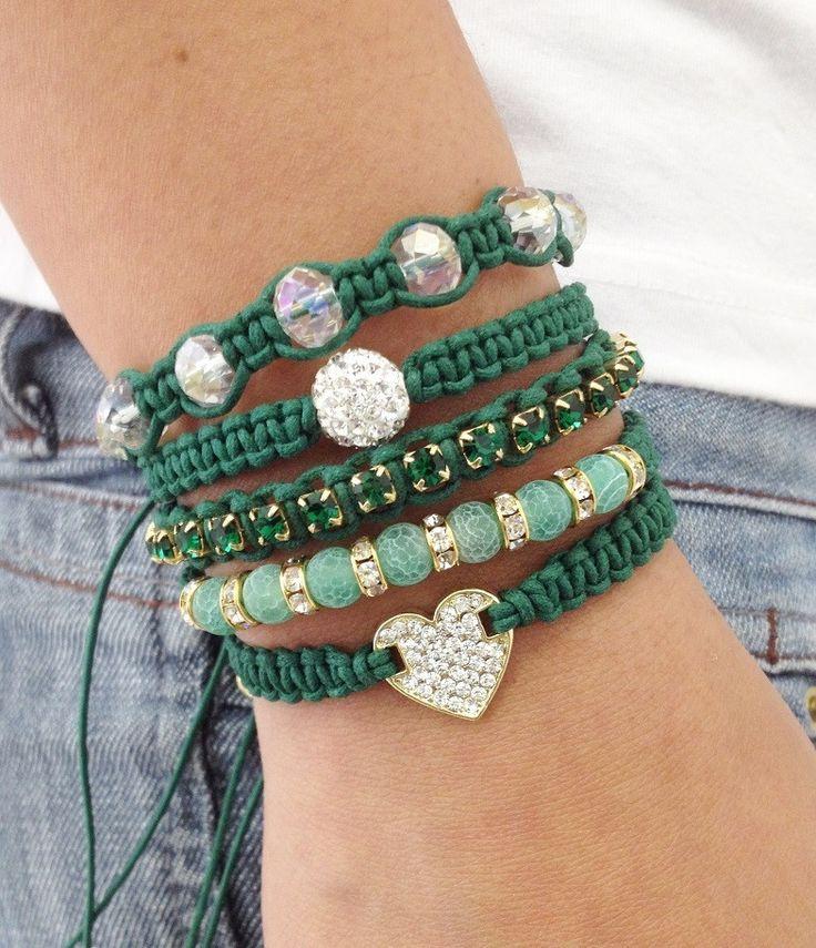 Kit de 5 pulseiras, confeccionadas em macramé com cordão encerado na cor verde bandeira, sendo:  - 1 pulseira com coração de strass esmeralda  - 1 pulseira com pedra natural ágata verde de 6 mm e rondelas de strass  - 1 pulseira de corrente de strass em banho dourado  - 1 pulseira contendo 1 bola...