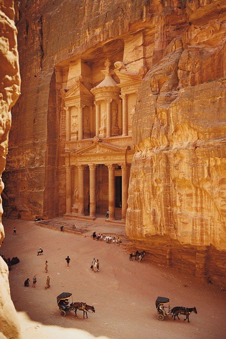 Site troglodytique de Pétra, en Jordanie. Cette cité nabatéenne est un trésor architectural à préserver, absolument ==> https://fr.wikipedia.org/wiki/P%C3%A9tra