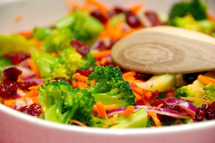 Verdens bedste salat med broccoli og gulerødder, der er en virkelig lækker salat. Der er også lidt rødløg og tørrede tranebær i salaten. Pep salatskålen op med denne lækre salat med broccoli og gul…