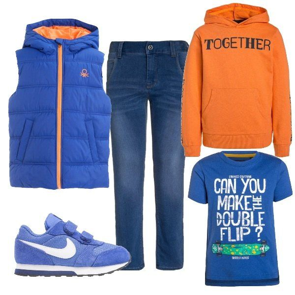 Jeans a sigaretta in tela blu, modello cinque tasche. Maglia in cotone a manica corta con stampa. Felpa ampia con cappuccio. Giubbino smanicato leggermente trapuntato. Scarpa sportiva Nike in pelle e tessuto.