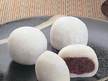 Daifuku mochi (大福餅). El daifuku mochi es un dulce típicamente japonés que consiste en una masa de arroz glutinoso prensado, al que se añade algún relleno al gusto, como pueda ser el anko (pasta de judía roja endulzada), helados de distintos...