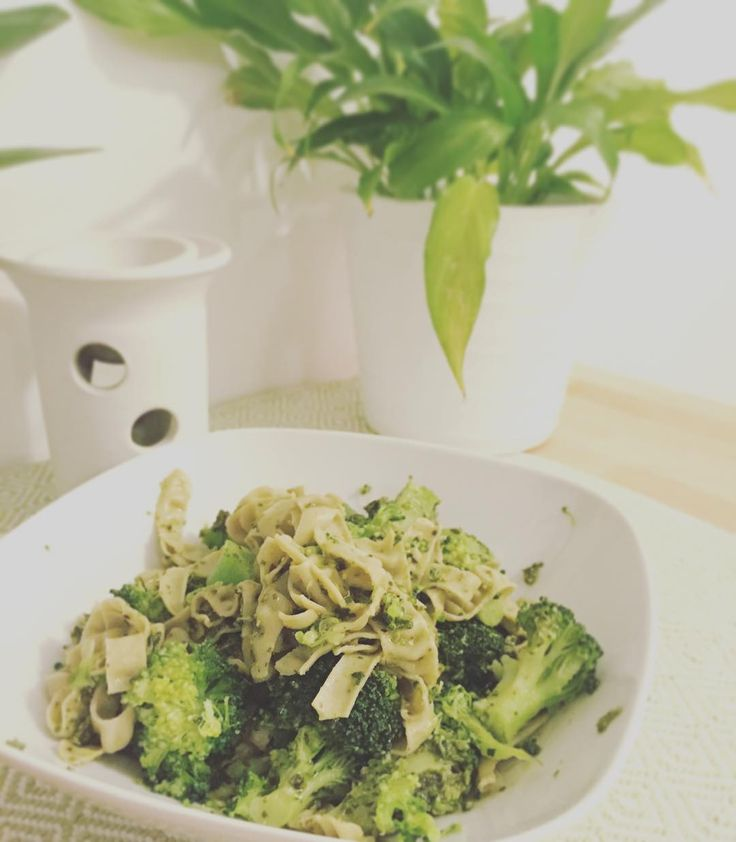 Broccoli, ört - pesto & bönpasta (avokado pesto) (matyoghurt pesto)