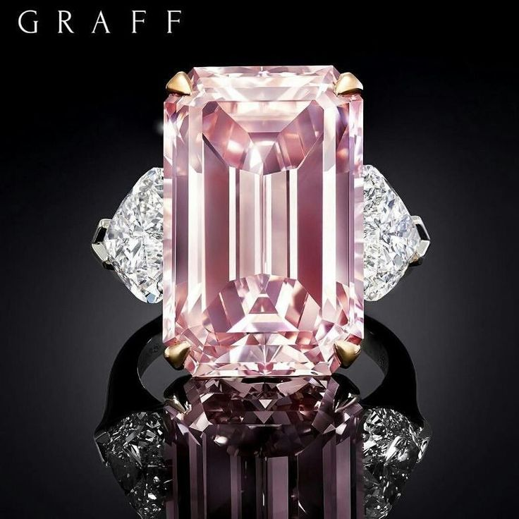 Anello in oro bianco, diamante rosa e diamanti bianchi.