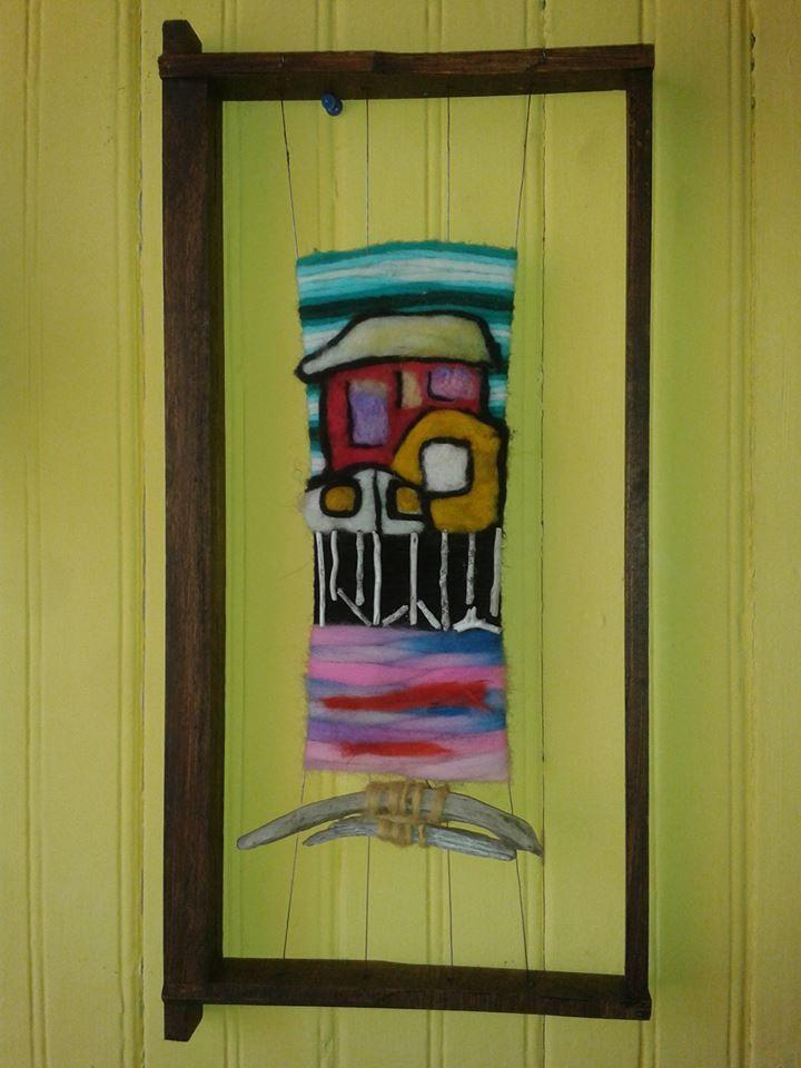 Telar decorativo, paisaje chilote con aplicación en fieltro.