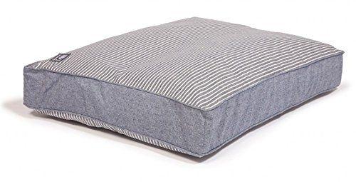 Aus der Kategorie Kissen & Decken  gibt es, zum Preis von   <p>Dieser Hundebettbezug in blauem Denim-Look mit cremefarbenen Streifen ist in zwei Größen erhältlich und maschinenwaschbar. Der von Danish Design hergestellte Bettbezug ist speziell für Tiere konzipiert und hält einigen Belastungen stand.</p><p></p><ul><li>Speziell für Haustiere entwickelt</li><li>Maschinenwaschbar</li><li>In zwei Größen erhältlich</li><li>Denim-Look mit cremefarbenen Streifen</li><li>Strandgefühl in nautischen…