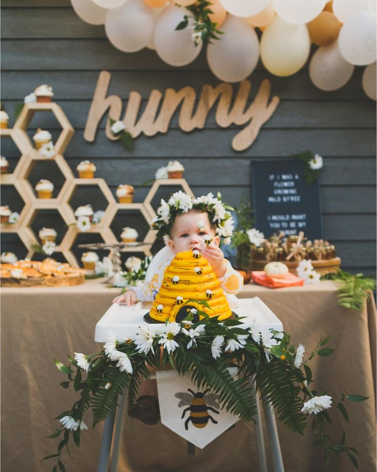 Y'all have to see this 'hunny' dive into her beehive birthday cake at her honey bee bday party #onIBTtoday! Does it get any more adorable?! (Link in profile Planning & Design: @ashley.thunder Photo: @baleeimages Cake: @DesignerDessertsBakery)