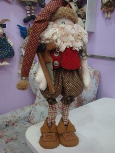 Papai Noel com armação em madeira e acessórios em madeira como um martelinho e cerrote R$ 165,00