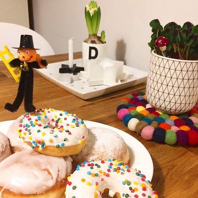 Wir beginnen den Tag mit Krapfen und Kaffee! Ein bunter #Filzkugeluntersetzer Alisha bringt gute #Stimmung und eine schöne #Farbnote dazu. Hier finden Sie mehr zu unserem Alisha-Filzkugelteppich, Untersetzer dazu bestellbar: http://www.sukhi.de/catalogsearch/result/?q=alisha