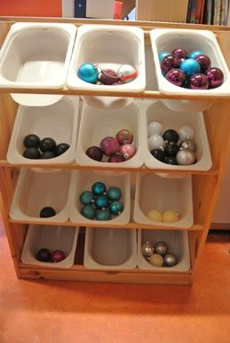 * Sorteren van kerstballen! Vraag aan ouders om onbreekbare kerstballen. Leg er allerlei doosjes of bakjes bij en laat de kinderen sorteren op kleur, soort, model, glanzend/dof, etc.