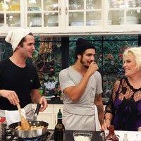 Caio Castro e Gil Coelho cozinham para Ana Maria Braga