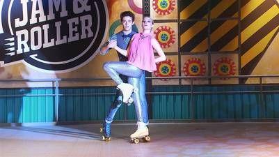 Ruggero Pasquarelli y Valentina Zenere, patinando como Matteo y Ámbar en la serie de Disney Soy Luna.